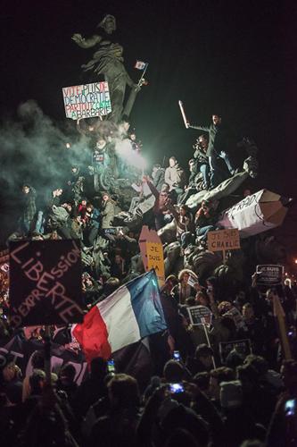 Cette photo prise par Martin Argyroglo, au soir de la marche républicaine du 11 janvier 2015, a fait le tour des réseaux sociaux. Composée tel un tableau, elle a évoqué dans l'inconscient des internautes « La Liberté guidant le peuple », d'Eugène Delacroix, ou le « Radeau de la Méduse », de Théodore Géricault.