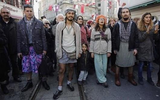 Turquie : des hommes en jupe contre les violences sexistes