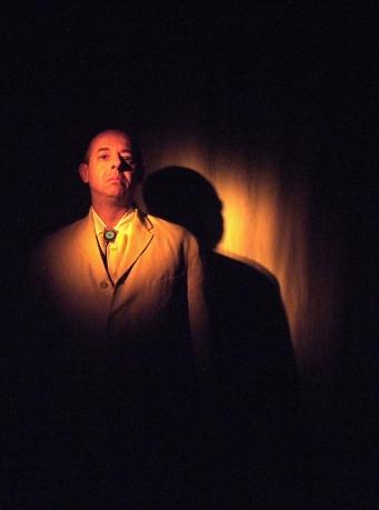 Proche du grand auteur palestinien Mahmoud Darwich, l'homme de théâtre Mohamed Rouabhi lui rend hommage à travers deux textes, à la Maison des Métallos (photo : © Éric Legrand)
