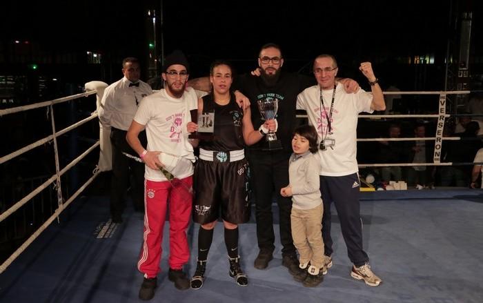 Le Ladies Boxing Tour a été organisé cette année au Havre par l'association de boxe Don't Panik, gérée par la famille du rappeur Médine (au centre), entouré ici de son père (à dr.), de son frère Nahim (à g.). A leurs côtés, la jeune boxeuse prometteuse Amina Zidani.
