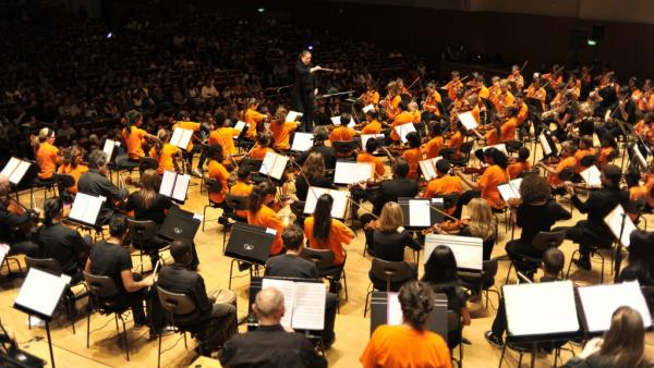 Aimer la musique classique et grandir en banlieue n'est pas antinomique ! Par exemple, Démos (Dispositif d'éducation musicale et orchestrale à vocation sociale), une initiative lancée en 2010 en Île-de-France, initie les enfants des quartiers populaires à la musique classique. Âgés entre 7 et 14 ans, les jeunes sont encadrés par  des musiciens de l'Orchestre de Paris et de l'orchestre Divertimento, dirigé par Zahia Ziouani.