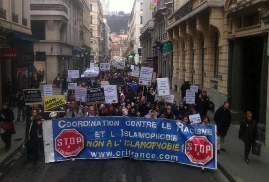 Dans 17 villes, des manifestations contre l'islamophobie ont été organisées le 14 mars à l'appel de la Coordination contre le racisme et l'islamophobie (CRI). Ici, à Lyon où environ 1 500 personnes ont répondu présentes.