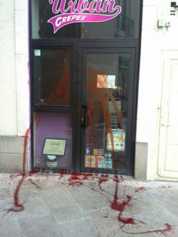 La vitrine d'une crêperie halal de Nantes aspergée de sang dans la nuit du 16 au 17 mars. © Saphirnews