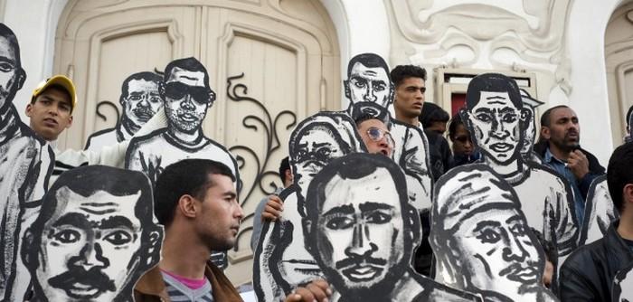 Avenue Bourguiba, Tunis, mars 2011. Des manifestants brandissent des silhouettes représentants les martyrs de la révolution. / Crédit : Martin Barzilai