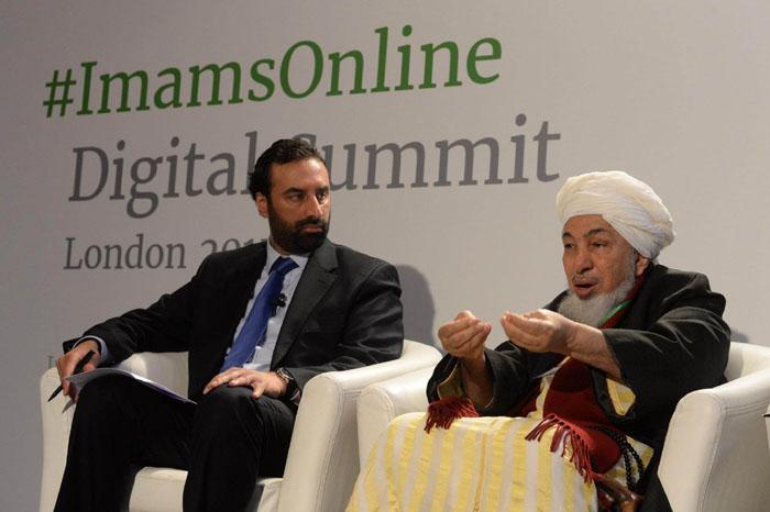 Le Sommet digital, organisé à Londres par ImamsOnline les 25 et 26 mars 2015, a invité imams, intellectuels et responsables associatifs musulmans à prendre conscience de l'importance de s'emparer de l'outil Internet pour diffuser leurs discours, prêches, interprétations théologiques. Objectif : contrer la propagande de Daesh, qui happe la jeunesse européenne. Ici, à g., Shaukat Warraich, président de Fatih Associates et d'ImamsOnline, et, à dr., Abdullah Bin Bayyah, président du Forum pour la promotion de la paix dans les sociétés musulmanes.