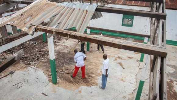 Chrétiens et musulmans ensemble pour reconstruire une mosquée à Bangui, en Centrafrique marquée par un conflit intercommunautaire sanglant depuis plus deux ans.