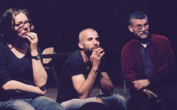 Nadir Dendoune, réalisateur de « L'affaire Salah Hamouri », entouré des journalistes Gwenaëlle Lenoir et Dominique Vidal lors du débat à l'issue de la première projection du film le 21 avril. © Fatiha Lamgharazze