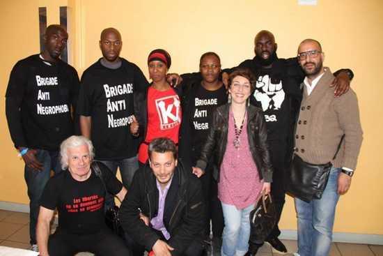La présidente de Zonzons 93, Laetitia Nonone en rouge, entourée des membres d'autres associations.