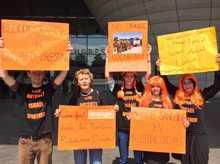 Des militants de BDS contre Orange.