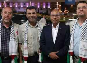 Moncef Marzouki, en compagnie de sympathisants de la cause palestinienne, avant son départ vers Gaza avec la Flottille de la Liberté, dimanche 21 juin.