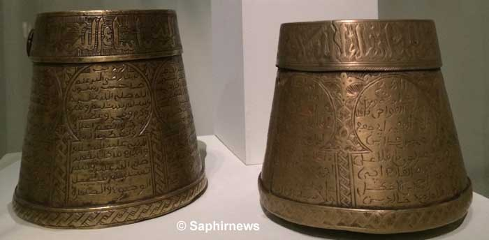 Le  nom de mudd, mesure d'aumône,  vient du latin modius ou modium, connu par les Romains pour la mesure des liquides et des solides. En islam, il sert à la mesure de la zakât ainsi qu'à déterminer la quantité d'eau nécessaire à l'ablution. Ici des mesures d'aumône (mudd)  au nom du sultan mérénide Abu al-Hasan (Fès, Maroc) exposées au musée du Louvre (à g., 1795/1209H, musée des Arts et Traditions, Fès ; à dr., 1697/1180H, musée national des Bijoux, Rabat ; photo © Saphirnews).