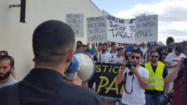 Une manifestation a été organisée aux Ulis (Essonne) pour dénoncer une bavure policière dont a été victime Tarik Malki le 14 juillet. © Twitter / Sihame Assbague