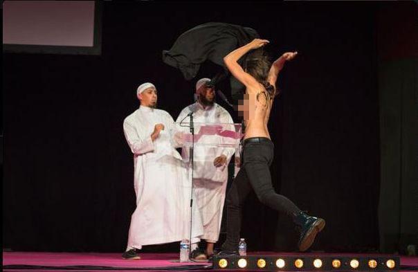 Deux Femen ont interrompu une conférence de prédicateurs au Salon musulman du Val d'Oise samedi 12 septembre.