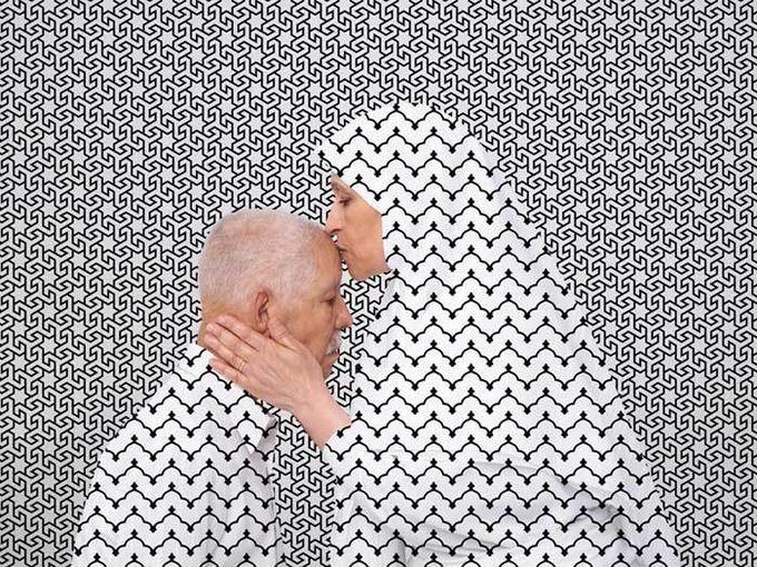 I'm Sorry, I Forgive You, d'Arwa Abouon (2012). Cette photo fait partie d'un diptyque qui met en scène un homme et une femme (les deux parents de l'artiste), présenté lors de l'exposition « Hajj » à l'Institut du monde arabe, en 2014. Née à Tripoli (Lybie), Arwa Abouon est une artiste vidéaste et photographe basée à Montréal (Canada). © D. R.