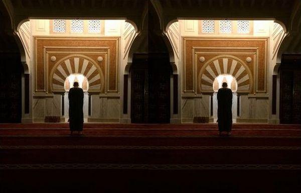 Un homme en prière à la mosquée. © Bilal Ibn Mîkhael