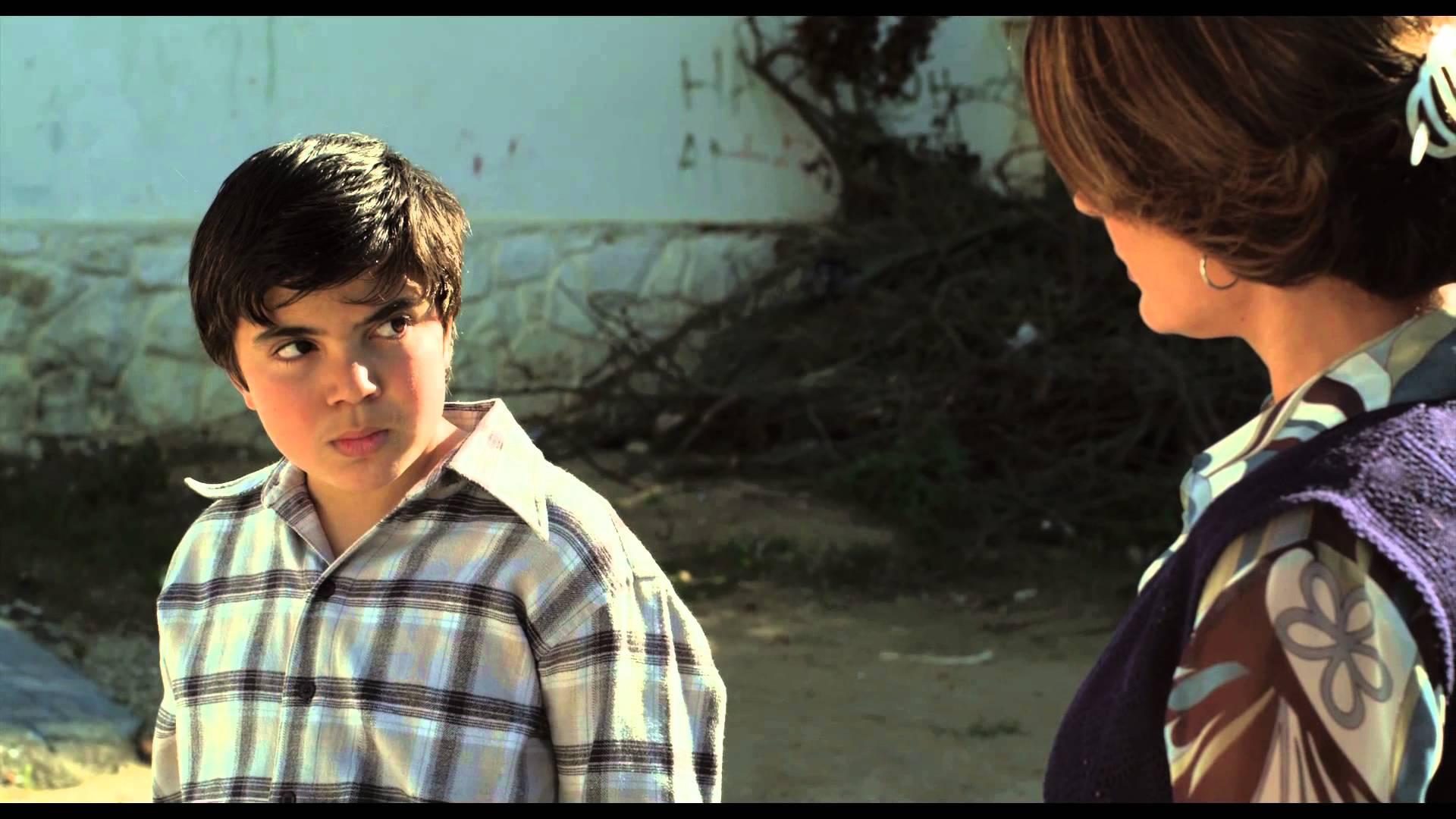 """Dans le film """"Adios Carmen"""". On découvre Amar, un petit garçon de 10 ans, qui va se lier d'amitié à Carmen, l'ouvreuse du cinéma local"""