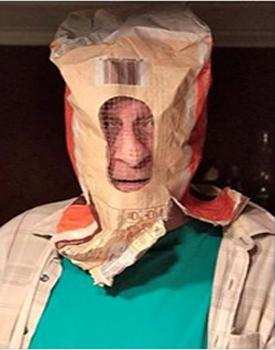 Un électeur annonce aller voter avec un sac à patates sur la tête.