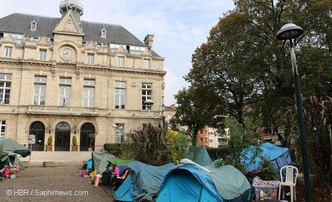 Une trentaine de familles roms de l'ancien bidonville du Samaritain campent depuis fin août en bas de la mairie de La Courneuve, à l'origine de leur expulsion.