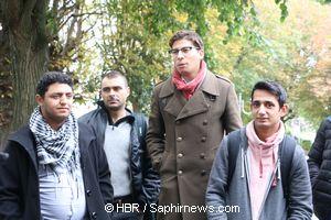 Mehdu Bouteghmes (au centre), un des seuls élus courneuviens mobilisés aux côtés des Roms dont Jozsef Farkas (à gauche) est le porte-parole.