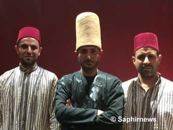 L'ensemble Al Nabolsy de Syrie réunit chanteurs soufis (munshid) de la confrérie Shâdhiliyya et derviches tourneurs de la confrérie Mawlawiyya.