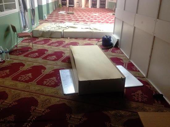 La mosquée de la Fraternité d'Aubervilliers a été perquisitionnée dans le cadre de l'état d'urgence décrétée après les attentats de Paris le 13 novembre. De nombreux dégâts ont été constatés par les gestionnaires du lieu de culte.