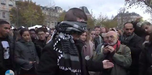 A Paris, un musulman ouvre ses bras contre l'islamophobie (vidéo)