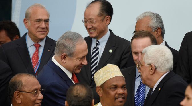 Benjamin Netanyahu et Mahmoud Abbas se serrant la main lors de la COP21 à Paris. © AFP