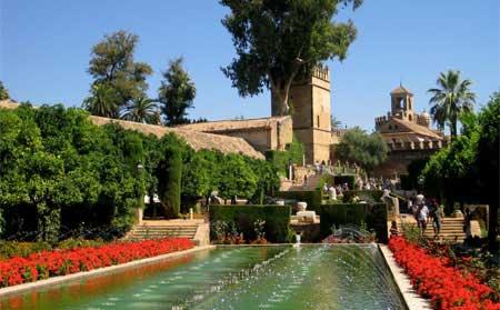 Bassin dans les jardins du palais de l'Alcazar, à Cordoue (Espagne).