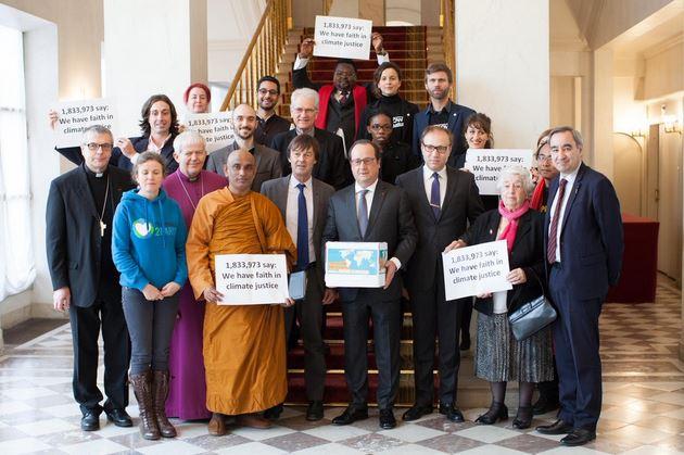 A deux jours de la fin de la COP21, des représentants religieux du monde entier ont remis à François Hollande des pétitions appelant à la justice climatique. © WCC