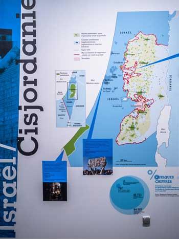 """Un des panneaux qui ouvrent l'exposition """"Frontières"""" illustrant notamment la situation des réfugiés en Palestine."""