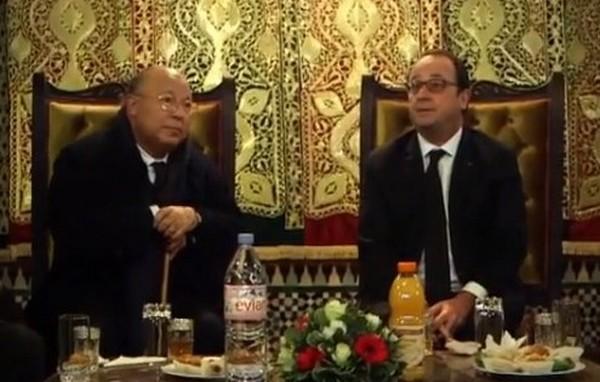 François Hollande a fait une halte à la Grande Mosquée de Paris dimanche 10 janvier pour un « thé de la fraternité » organisé un an après les attentats dans des centaines de lieux de culte musulmans en France. © Présidence de la République