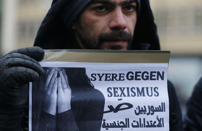 Après l'affaire des agressions sexuelles à Cologne, les tensions, alimentées par l'extrême droite, sont fortes à l'encontre des réfugiés à qui les xénophobes endossent une responsabilité collective des actes commis au Nouvel an. Ici, un réfugié syrien dénonce les agressions avec une pancarte « Les Syriens contre le racisme ».