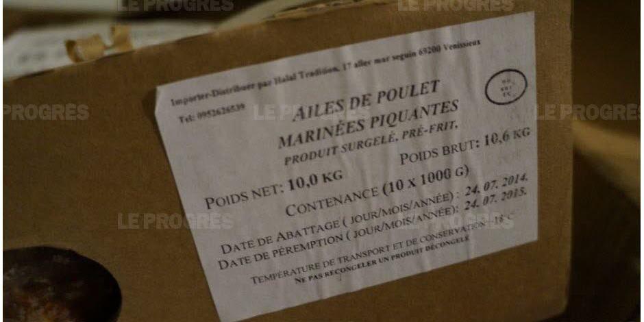 Un des cartons d'ailes de poulet perimées présentées comme halal retrouvés chez un grossiste à Vénissieux. Photo du quotidien local Le Progrès.