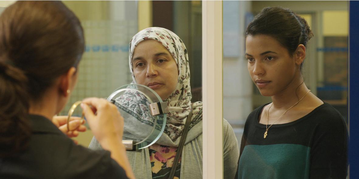 Soria Zeroual (à gauche) incarne Fatima, une mère de famille qui lutte pour aider sa fille Nesrine (Zita Hanrot) à poursuivre ses études de médecine.