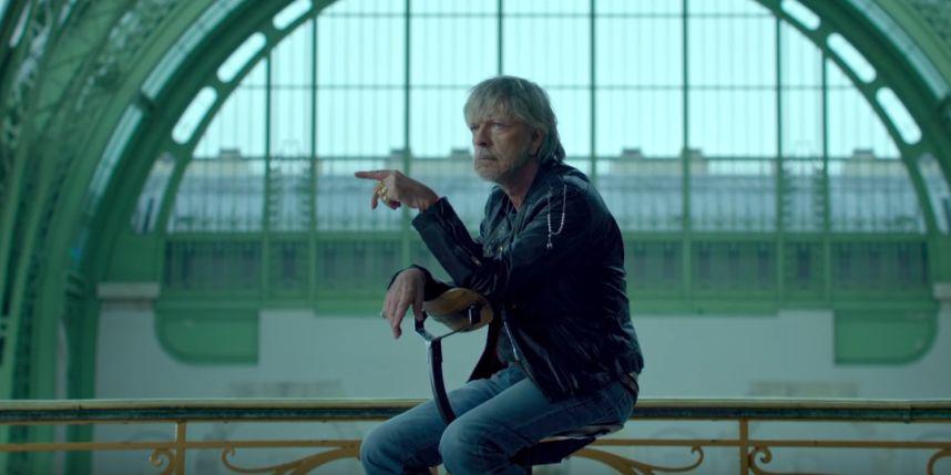 """Renaud dans son clip """"Toujours assis""""."""