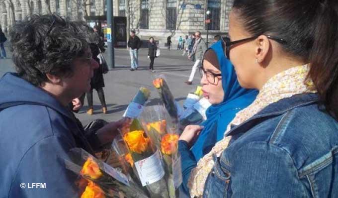 Pour célébrer la Journée internationale des droits de la femme, la Ligue française des femmes musulmanes (LFFM) a lancé il y a quelques années l'opération « Un sourire, une rose », distribuant plusieurs milliers de roses dans différentes villes de France. Une manière de casser les préjugés sur les femmes musulmanes et de faire connaitre leur lutte pour plus d'égalité dans un féminisme inclusif.