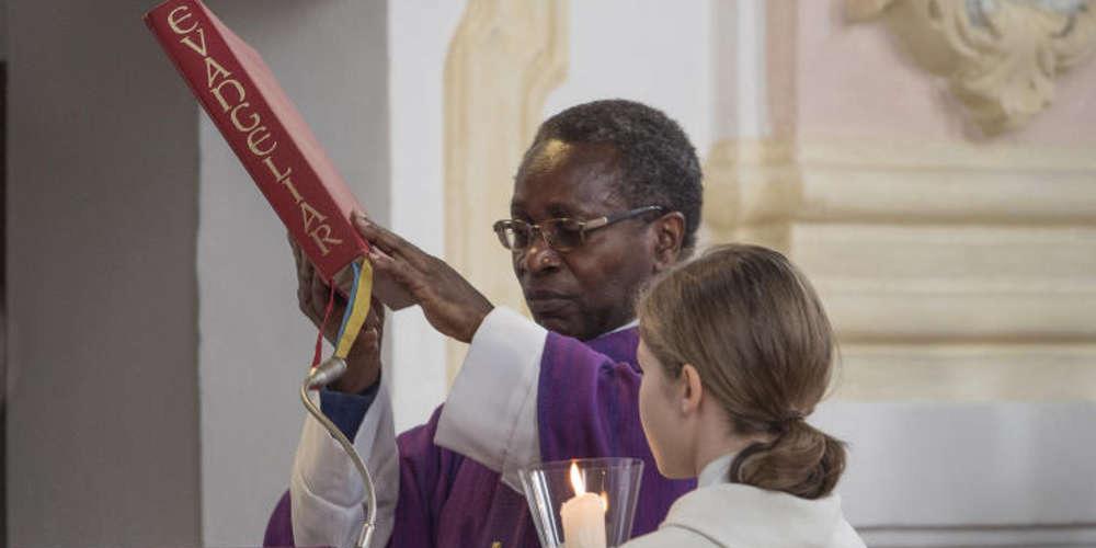Allemagne : un prêtre congolais solidaire des migrants poussé à la démission
