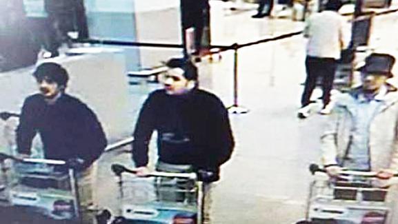 Image de vidéosurveillance montrant Najim Laachraoui à gauche, Ibrahim El Bakraoui et un homme au chapeau encore recherché dans le hall de l'aéroport de Bruxelles le 22 mars 2016