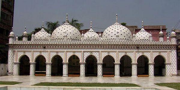 La Mosquée Tara à Dacca, capitale du Bangladesh.