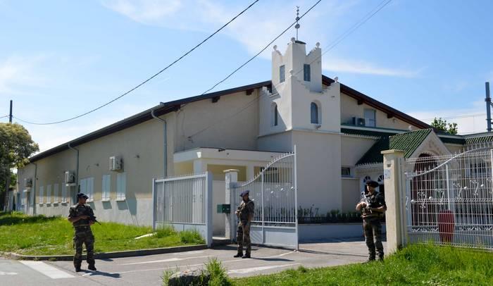 L'entrée de la mosquée Al Warithine de la zone des Landiers, à Chambéry (Savoie) fait partie du millier de mosquées protégées par des militaires de l'opération Sentinelle.