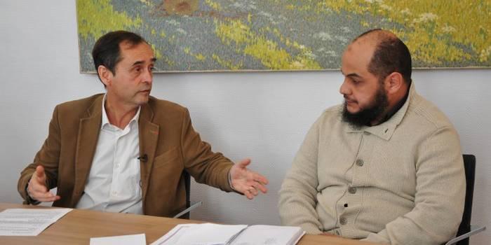 Robert Ménard en compagnie du cheikh Omar Mamoun lors de la conférence de presse du 31 mars annonçant les deux premières signatures de la charte des mosquées de Béziers.