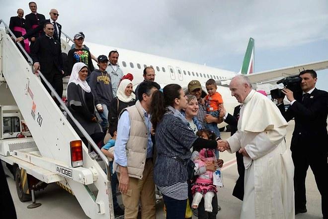 Trois familles de réfugiés musulmans ont été choisies pour être accueillies au Vatican après la visite du pape François sur l'île grecque de Lesbos. © AFP