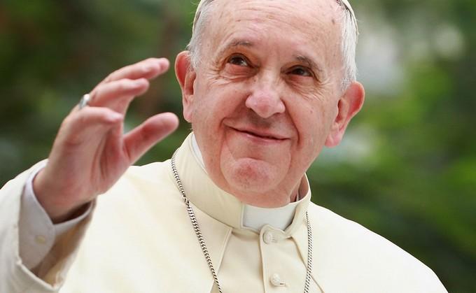 Le pape François rentre au Vatican avec trois familles de réfugiés musulmans