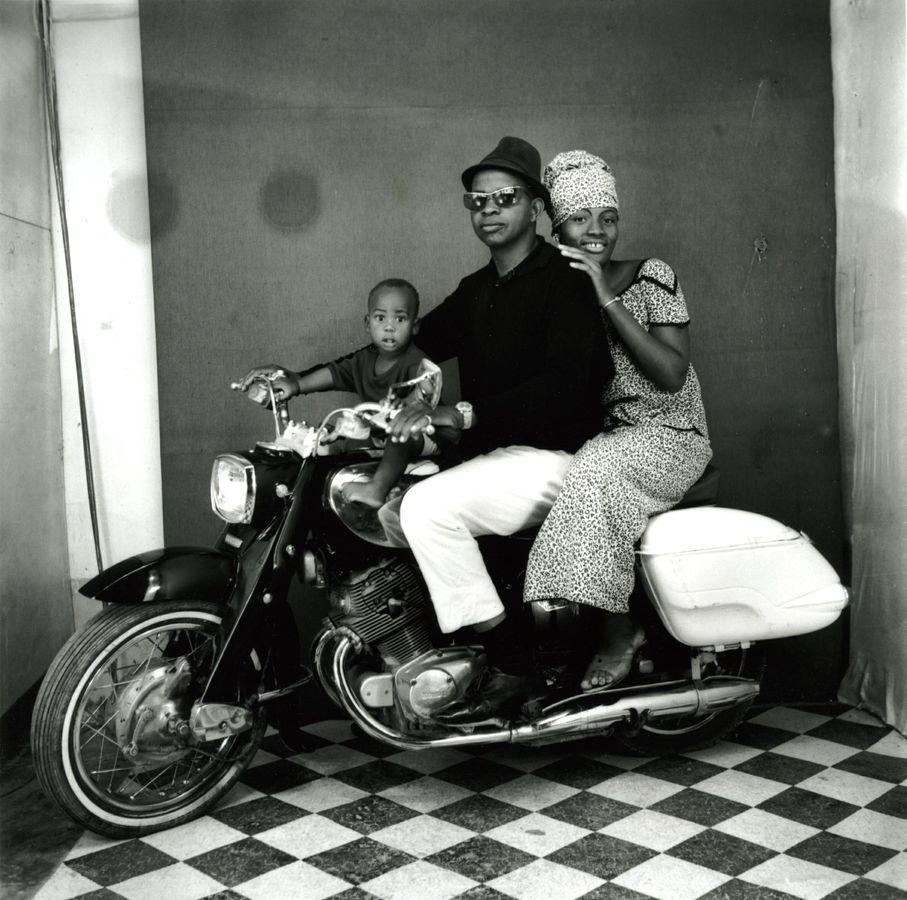 Malick Sidibé Toute la famille à moto, 1962 Courtesy Galerie MAGNIN-A, Collection Fondation Cartier pour l'art contemporain, Paris