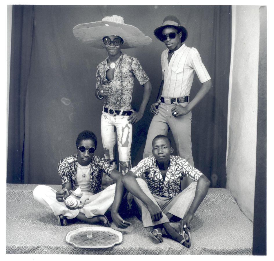 Malick Sidibé Amis des espagnoles, 1968 Courtesy Galerie MAGNIN-A, Collection Fondation Cartier pour l'art contemporain, Paris