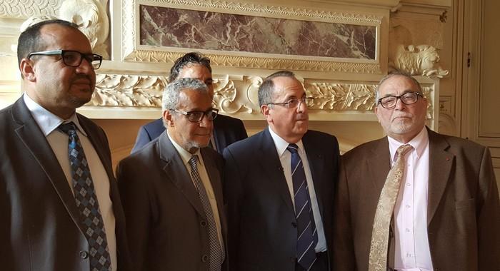 Des représentants du culte musulman du Rhône entourés du préfet Michel Delpuech. Ensemble, ils ont signé le 20 avril la « Charte d'accompagnement de la rénovation des institutions représentatives du culte musulman ».