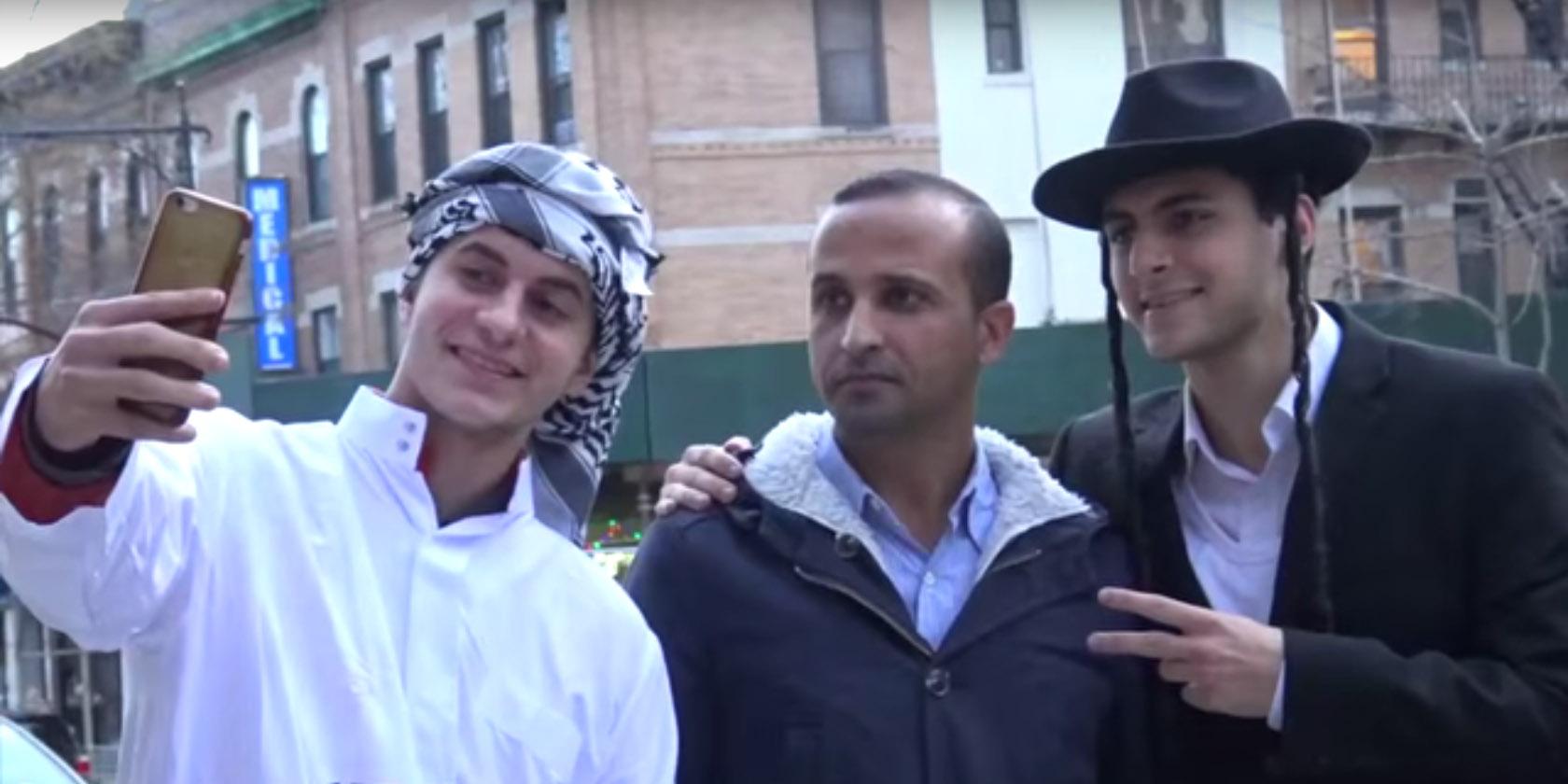 Moe et ET sont deux frères youtubeurs, spécialistes en expériences sociales via caméras cachées.