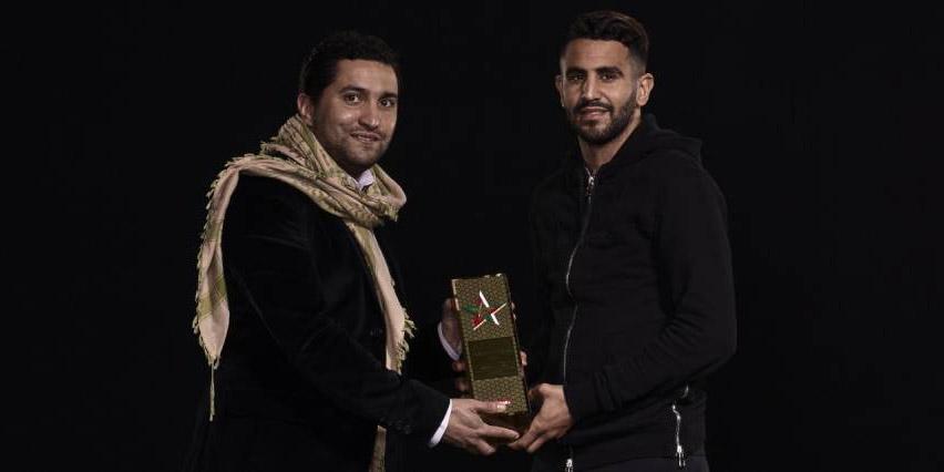 Nabil Djellit remet le prix du joueur maghrébin de l'année à Riyad Mahrez