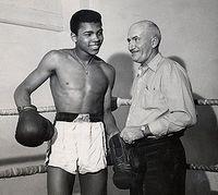 Muhammad Ali aux côtés de son premier entraîneur de boxe Joe Martin.