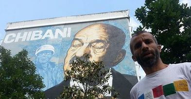 Nadir Dendoune près du tableau de rue en hommage aux chibanis. © Nadir Dendoune